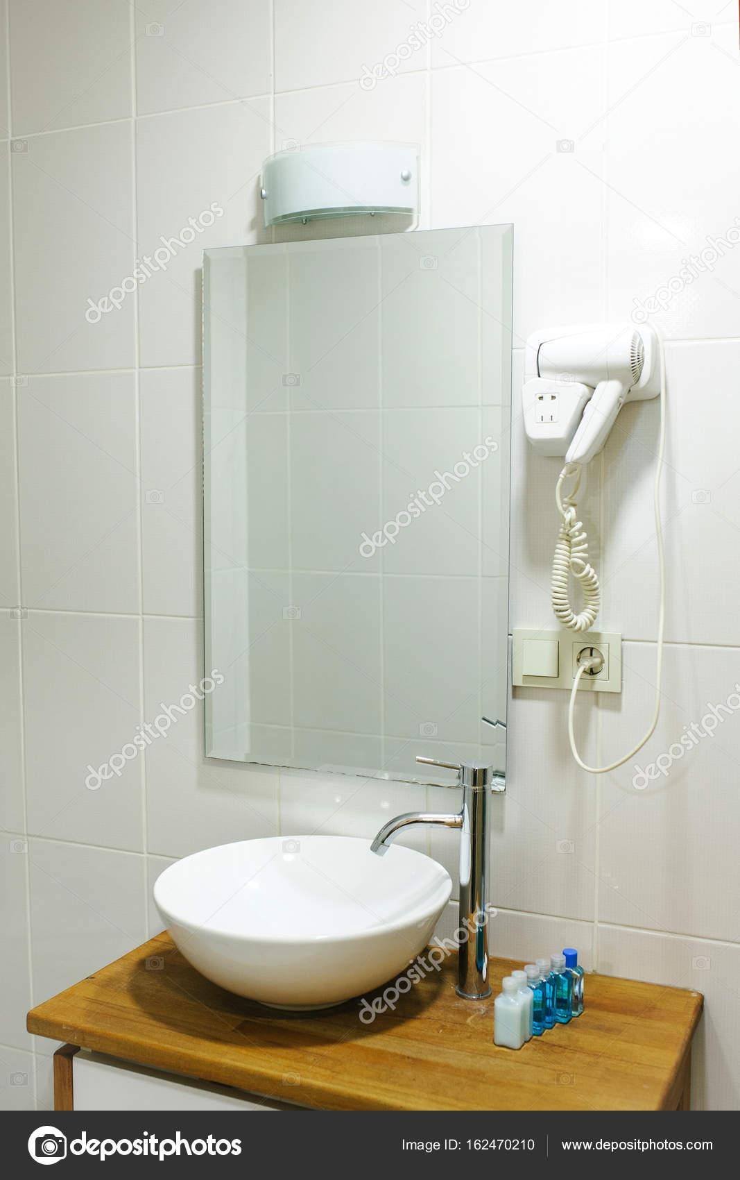 Bagno in hotel con tutti gli accessori da bagno necessari per il ...