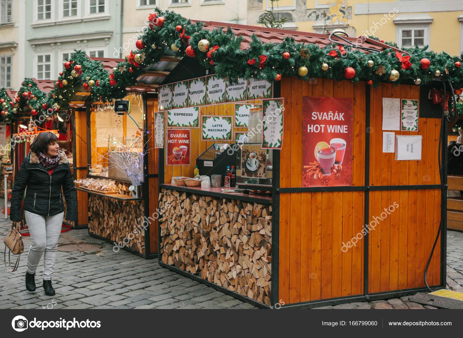 Prag, 13. Dezember 2016: Weihnachtsmarkt auf dem Hauptplatz. Die ...