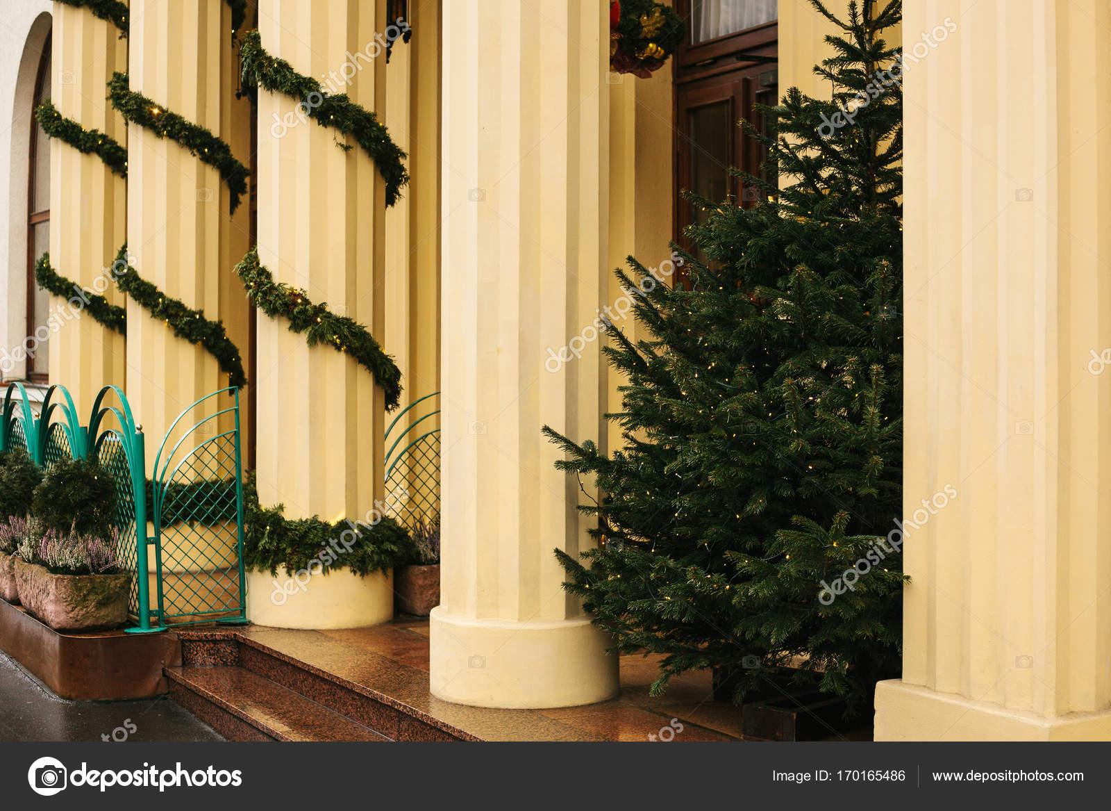 Abeto De Navidad El Edificio Es En La Decoración De Año
