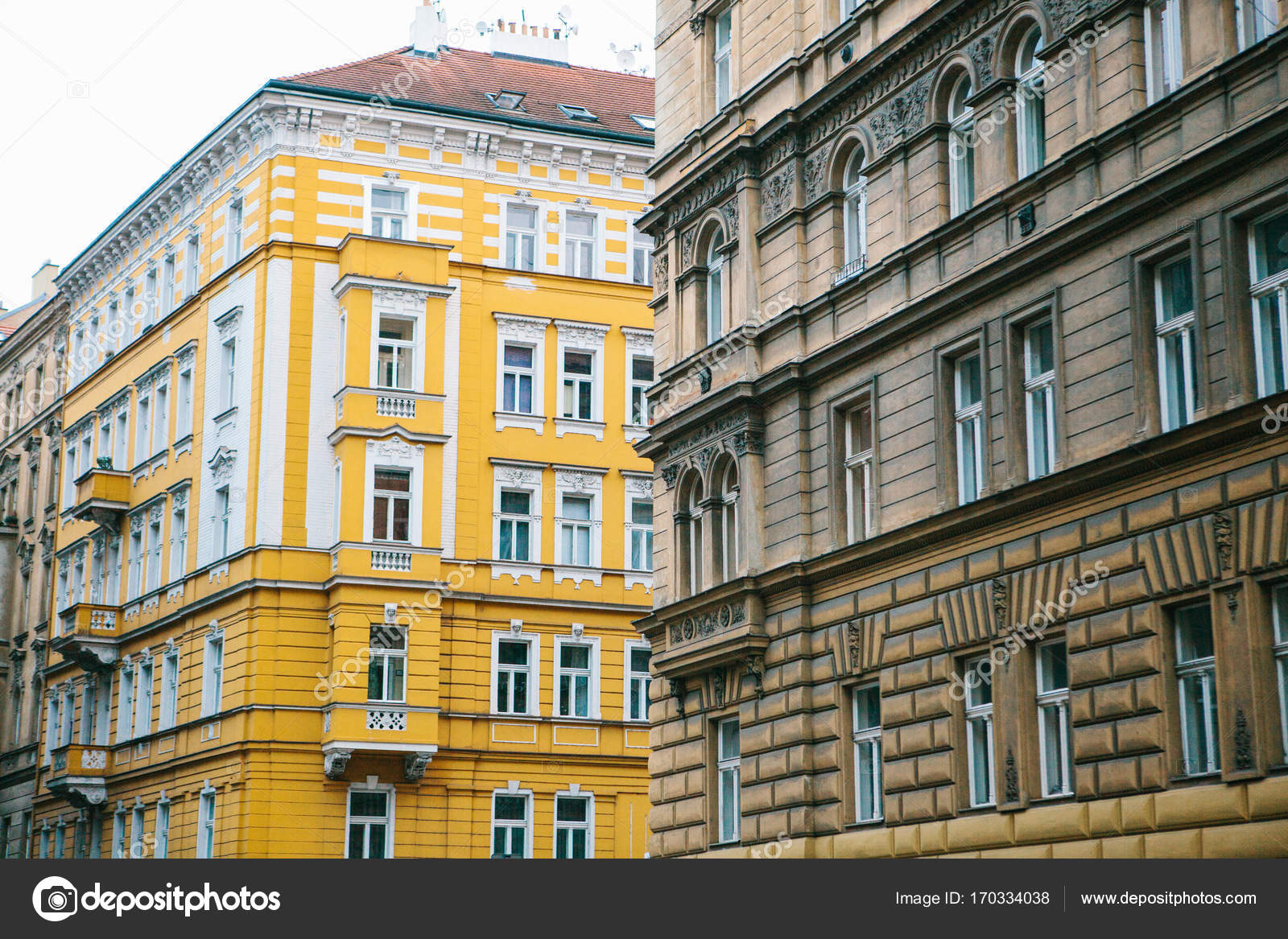 Oude mooie huizen in traditionele tsjechische stijl met rode