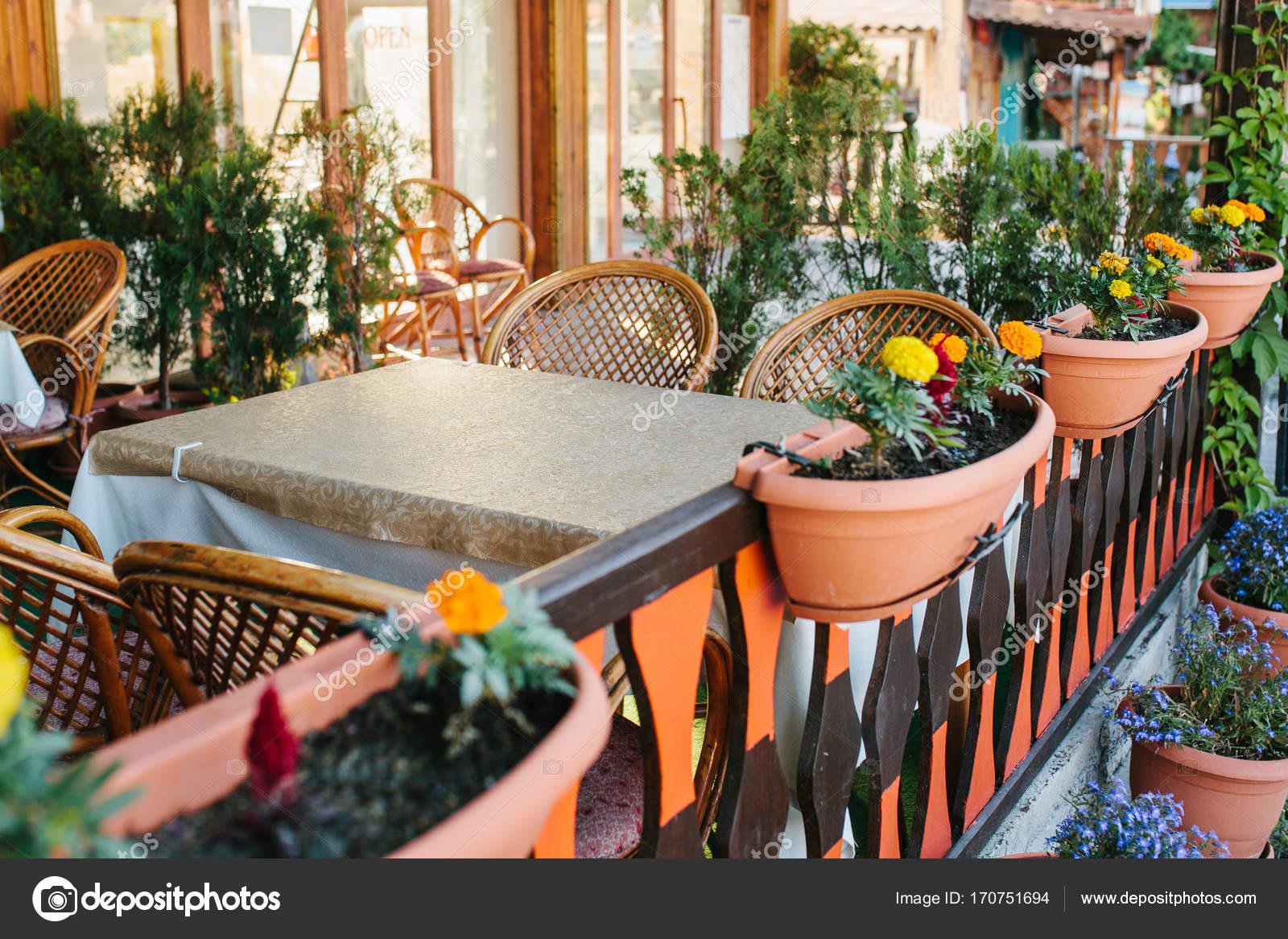 Zobacz Pusty Letnim Kawiarnia Z Krzesła Wiklinowe I