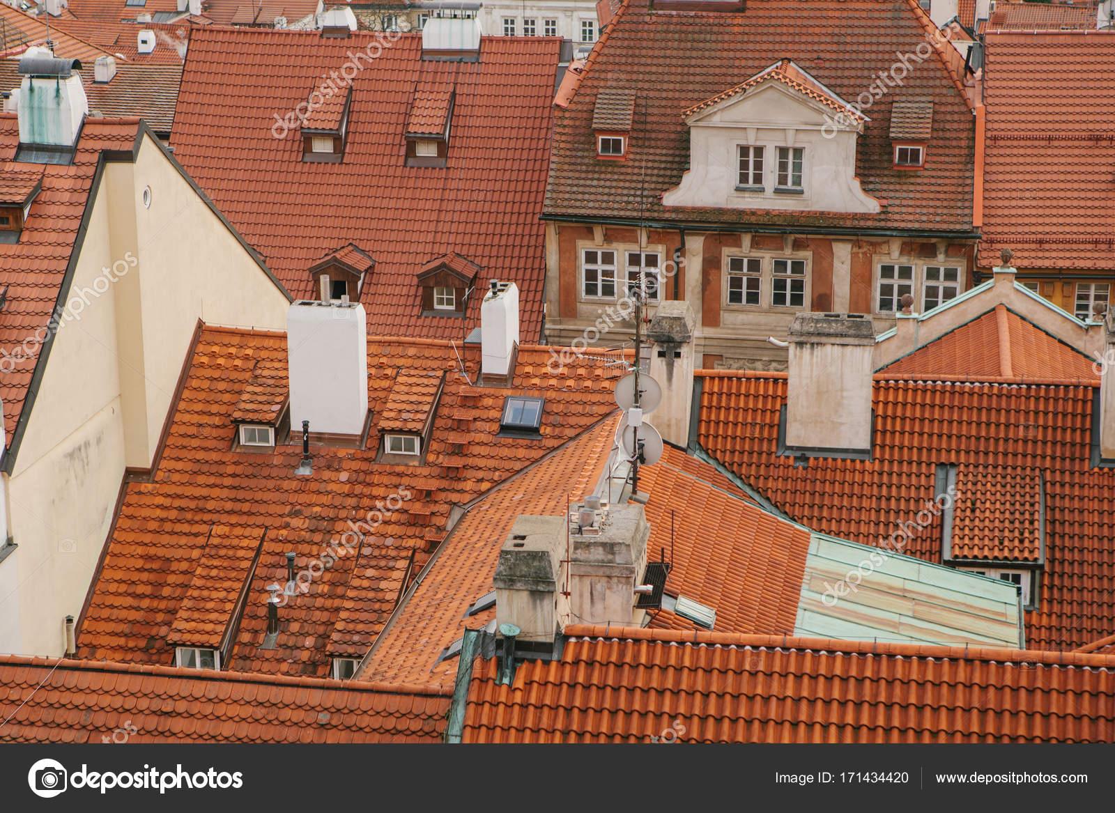 Typische daken in praag bovenaanzicht daken met rode tegels in