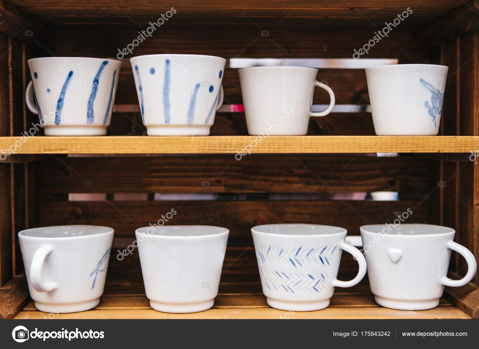Houten Accessoires Keuken : Veel gewone keramische mokken op houten planken keuken