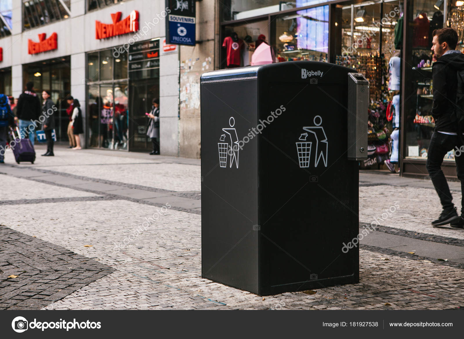 Praga settembre un moderno smart cestino sulla strada