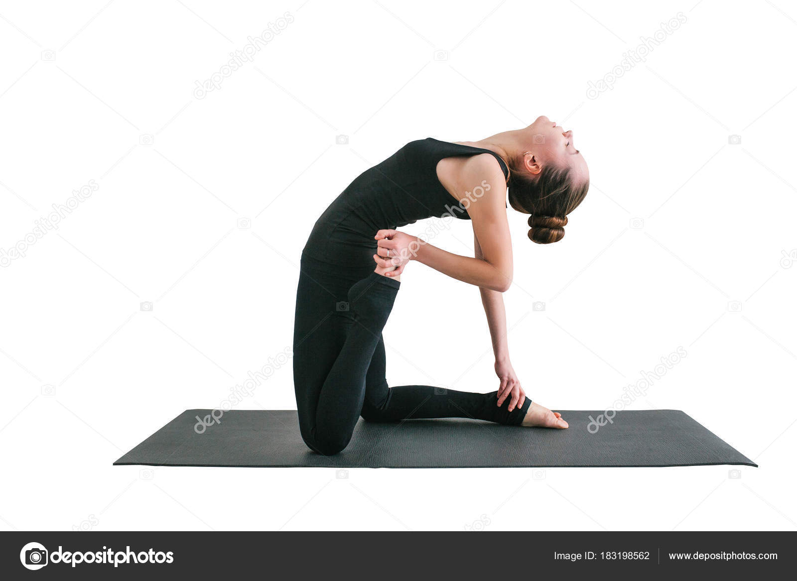 Belle jeune femme pratiquant l yoga et la gymnastique isolé sur fond blanc.  Concept de bien-être. Classes de sport unique. Prendre soin de votre corps  ... 9a8e4187814