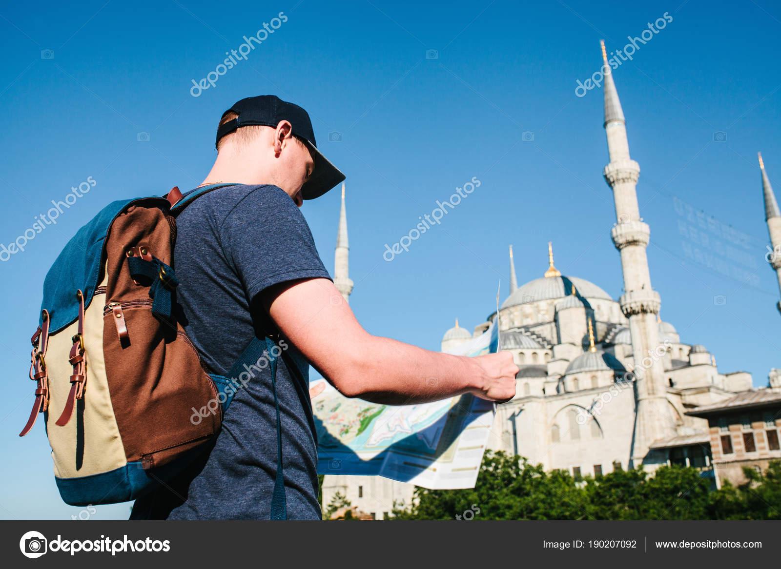 Un Voyageur Dans Une Casquette De Baseball Avec Sac Dos Est La Recherche Sur Carte Ct Mosque Bleue