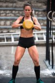 Photo Woman working out with kettlebell