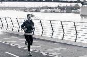 Fotografia giovane donna jogging in città