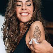 Spokojená dívka s nové dočasné tetování
