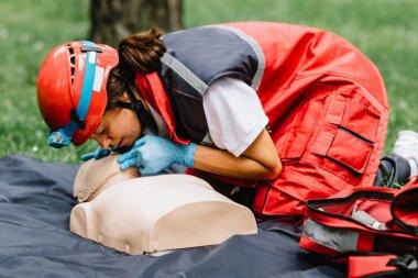 Kadın kalp masajı kukla açık havada üzerinde CPR eğitimi