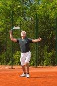 Aktivní senior s tenisem