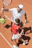 Trainerin mit Juniorinnen im Tennisunterricht