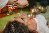 Fotografie Frau mit tibetanischen Glocken in Klangtherapie