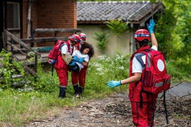 Kurtarma ekibi evinden kadın kurban tahliye