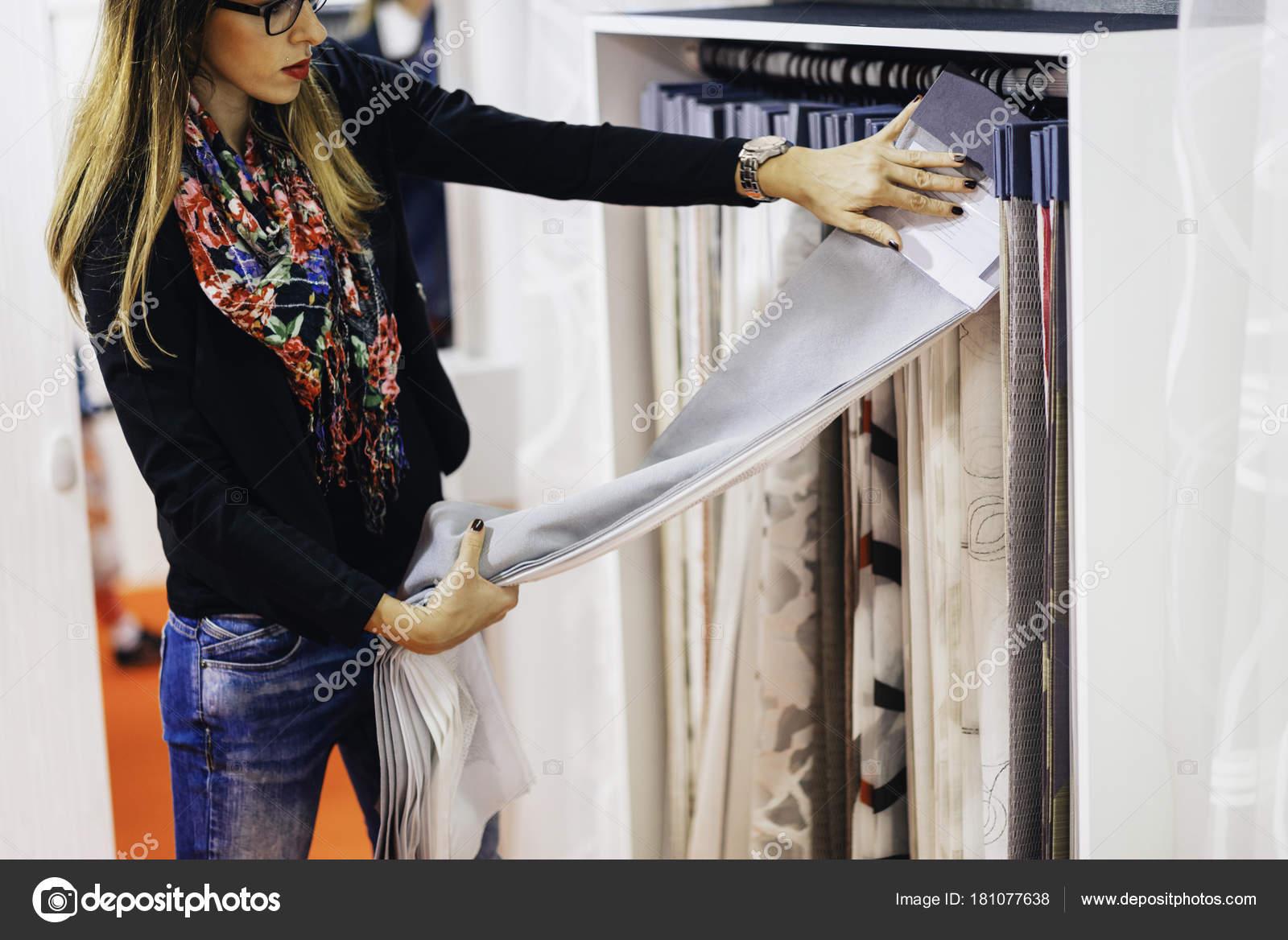 https://st3.depositphotos.com/6644020/18107/i/1600/depositphotos_181077638-stockafbeelding-ontwerper-kiezen-stof-voor-gordijnen.jpg
