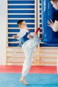 Fényképek Gyerek rugdossa boxzsák tae kwon do tanfolyamra