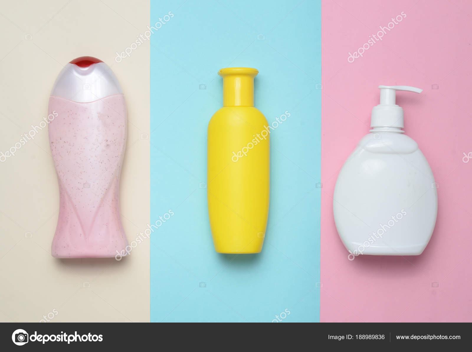 Bottiglie di prodotti per la doccia e bagno su un fondo multi color