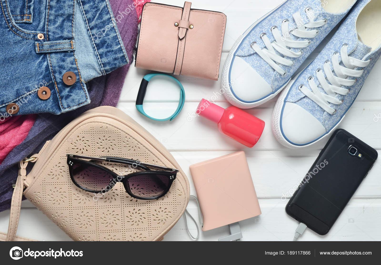822d094b9ad5 Feminina Acessórios Moda Sapatos Roupas Gadgets Modernos Sobre Fundo Branco  — Fotografia de Stock