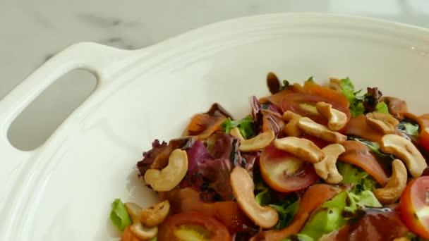čerstvé zeleninové saláty