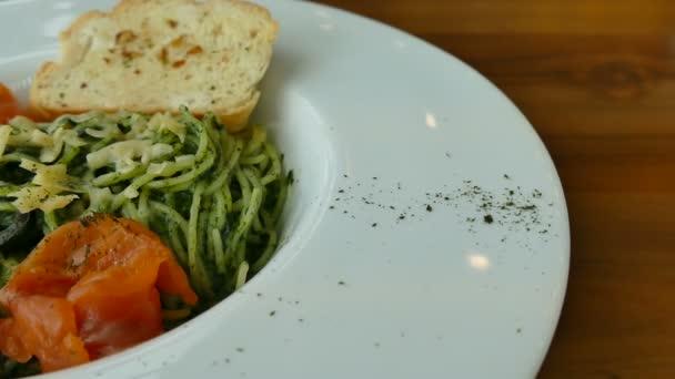 Špagety pesto s lososem