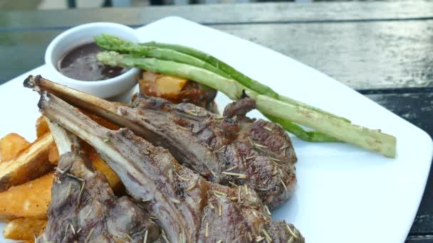 Jehněčí kotleta steak s brambory