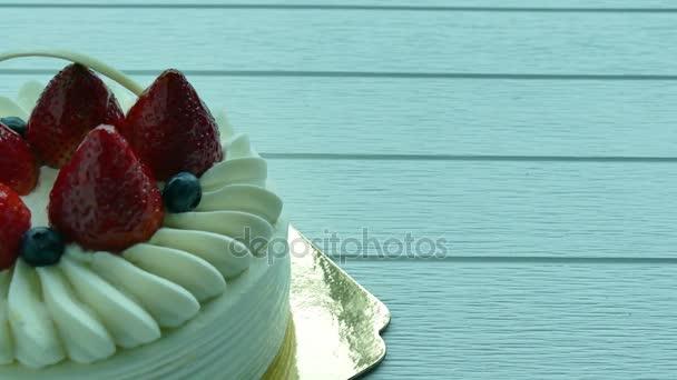 Zmrzlinový dort s jahodami na vrcholu