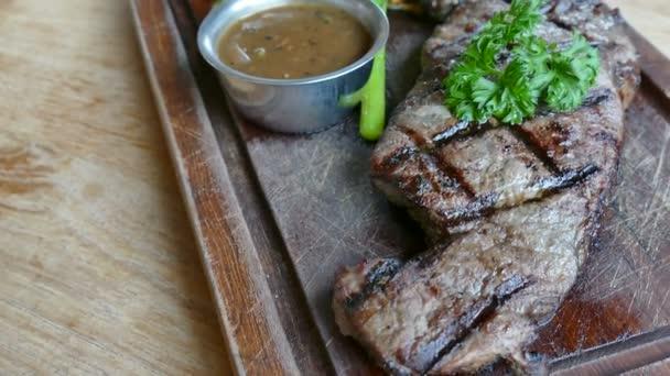Grilovaný hovězí steak s omáčkou