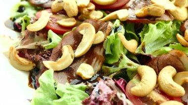 kachní salát se zeleninou a kešu