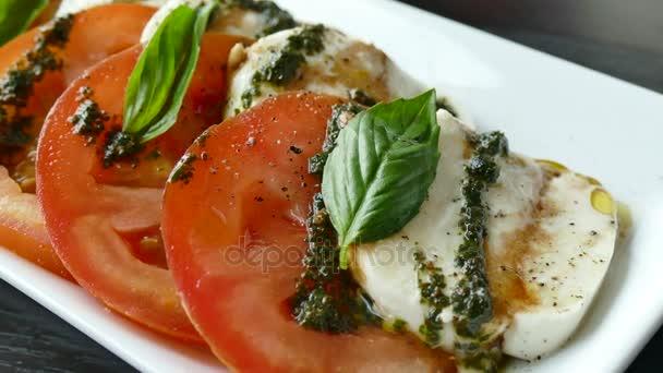 salát s rajčaty a mozzarellou