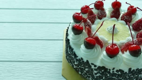 dort s třešněmi a jahodami