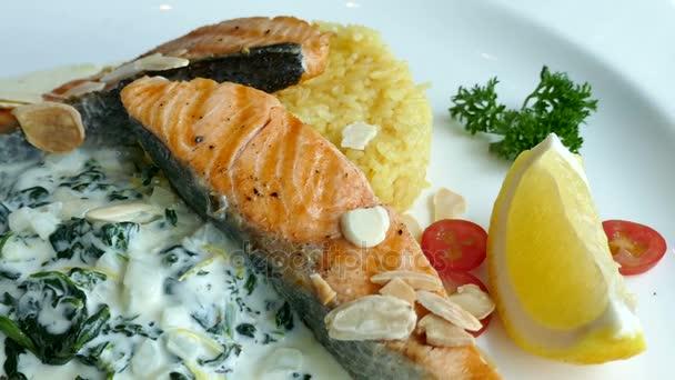 Fischstücke mit Salat und Reis