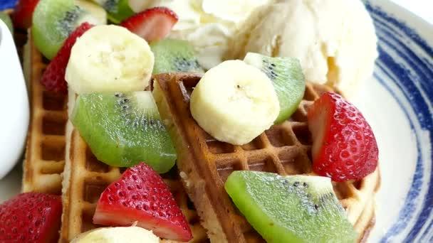 Vafle s ovocem a zmrzlinou