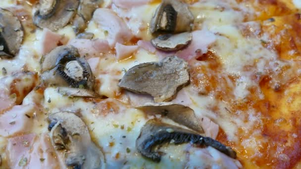 Pizza mit Mushroomsand Speck