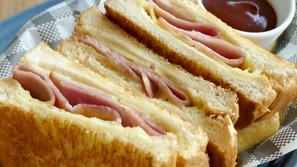 Toast mit Fleischscheiben und Soße