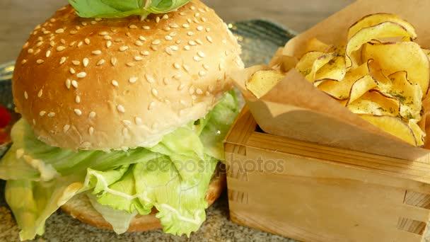 Hovězí burger s hranolkama