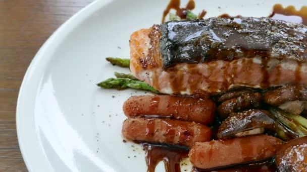grilovaný steak z lososa