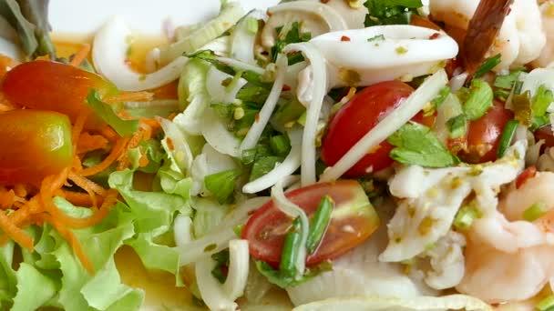Rybí salát se zeleninou