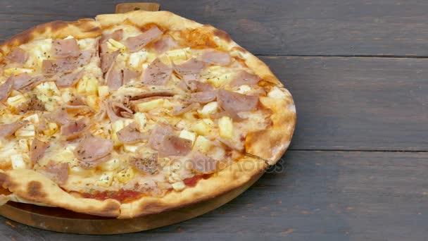 Vynikající pizza na dřevěný stůl