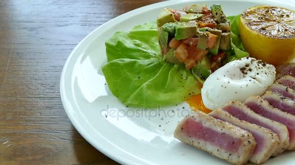 salát s grilovaným tuňákem