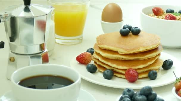friss bogyós gyümölcsök a fehér tányér finom palacsinta