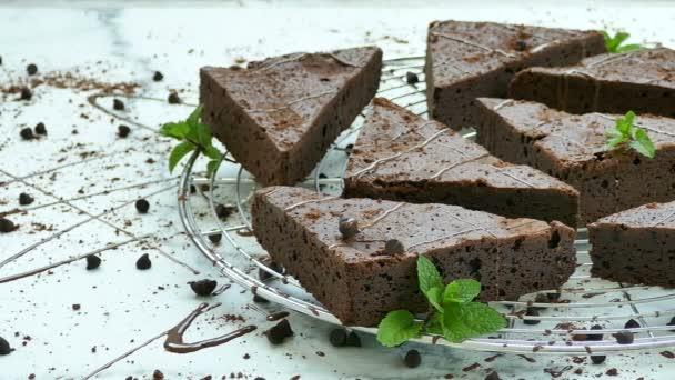 lahodné čokoládové sušenky koláče s lístky máty