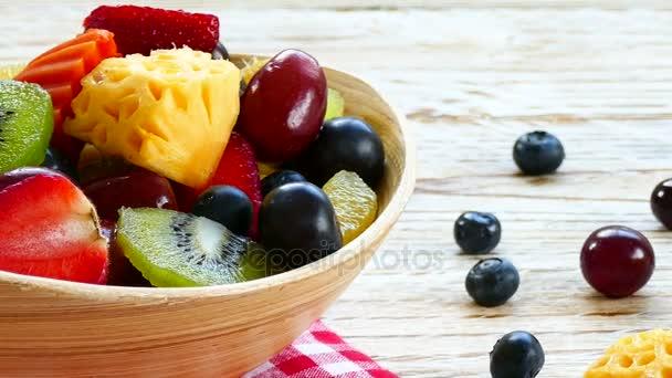 válogatott érett gyümölcsök és bogyók, a rusztikus asztal fából készült bowl