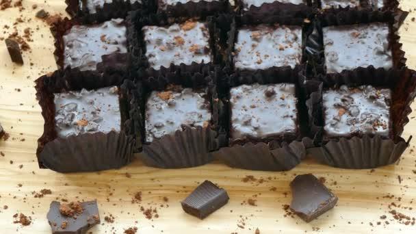 finom házi csokoládé brownie sütemények a fa vágódeszka