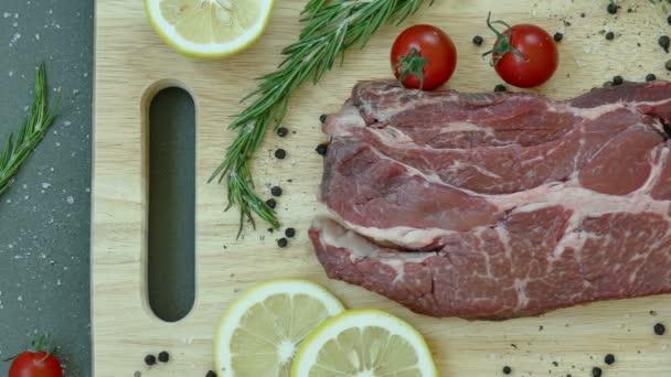 čerstvé syrové hovězí steak s kořením na dřevěné desce
