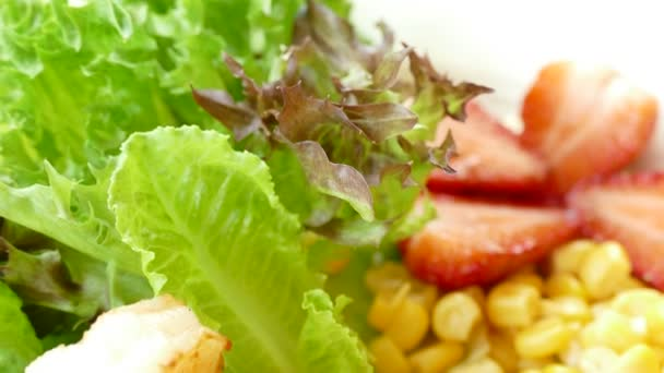 lahodné krevety na grilu s čerstvým salátem
