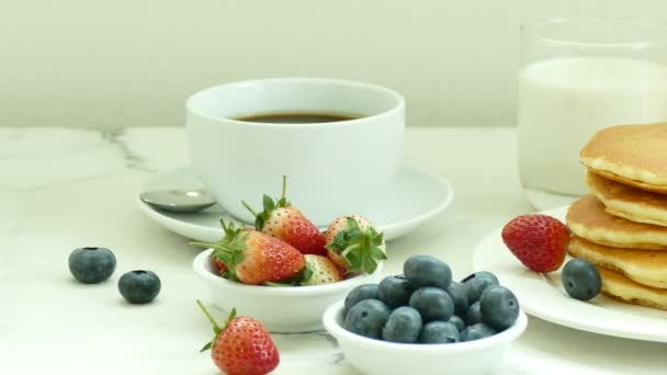 chutnou snídani palačinky, čerstvé jahody, káva a džus