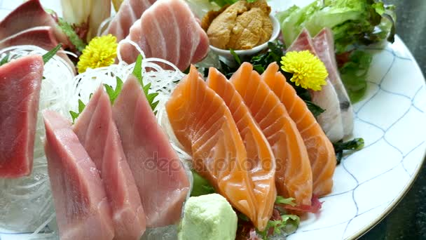 lahodné sashimi salát, tradiční japonské jídlo v bílé desky