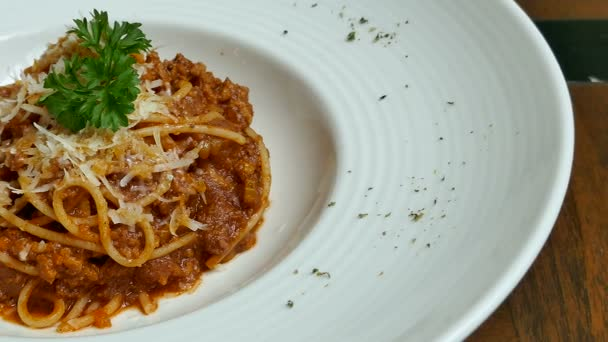 bolognese spaghetti with chicken in white plate