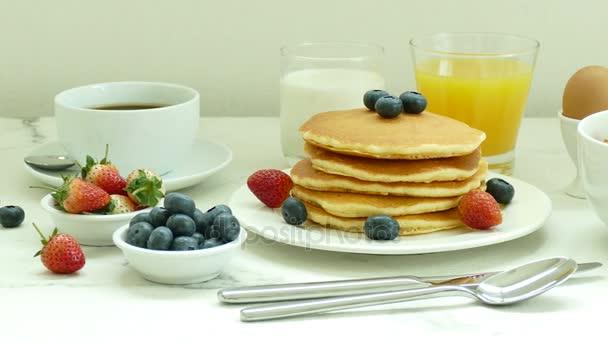 finom reggeli palacsintát, friss bogyós gyümölcsök, kávé és Kása