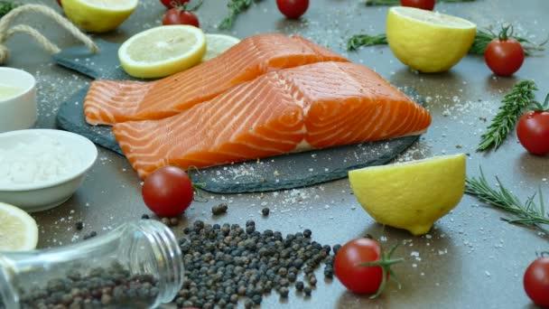 frisches rohes Lachsfilet mit Zutaten zum Kochen